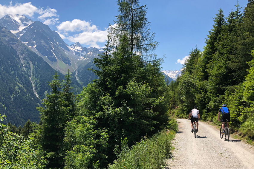 Biketour mit Blick auf den Stubaier Gletscher