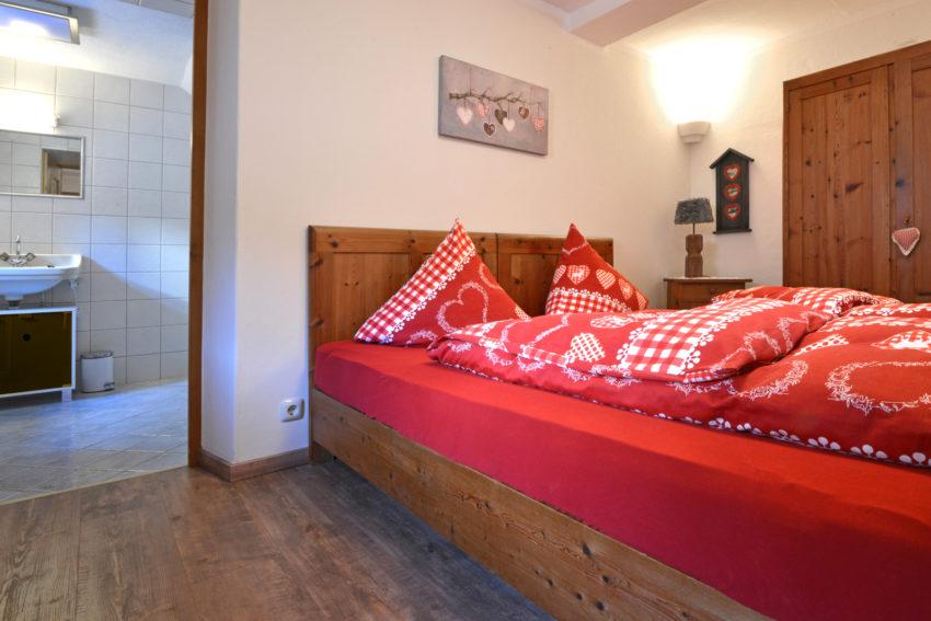 Pircher-Maes Appartements - Schlafzimmer mit angrenzenden Badezimmer