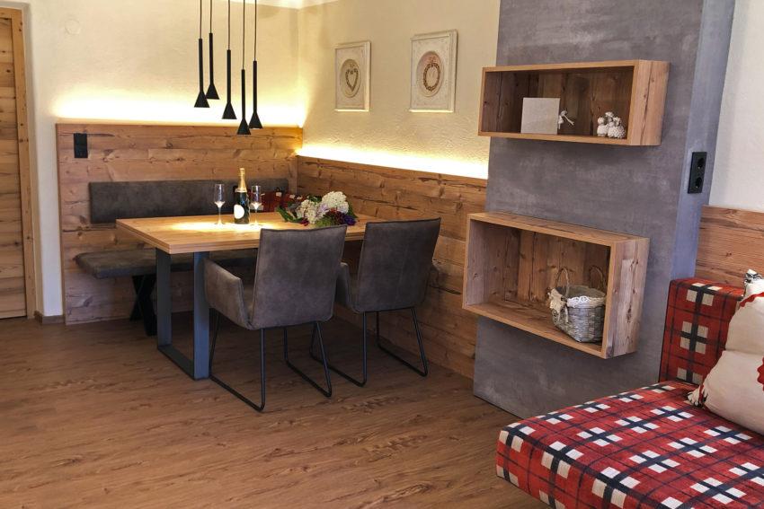 Apparement Pircher Maes in Telfes im Stubaital Blick auf den Esstisch in der Wohnküche App Stubai